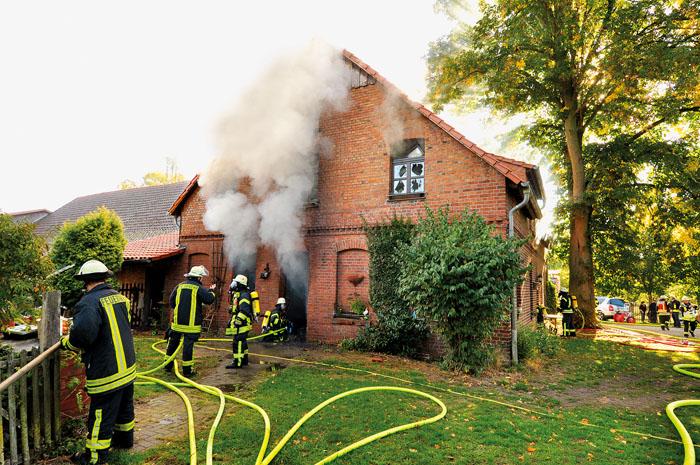 Durch ein Großaufgebot an Einsatzkräften kann die Feuerwehr ein Übergreifen auf das Nachbargebäude verhindern.   Foto: R