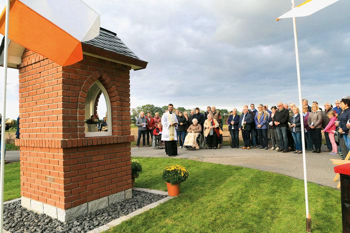 Feierlich gesegnet wurde das neu errichtete Heiligenhaus am Bühlenbrink von Pastor Daniel Jardzejewski. Zahlreiche Ostenlän