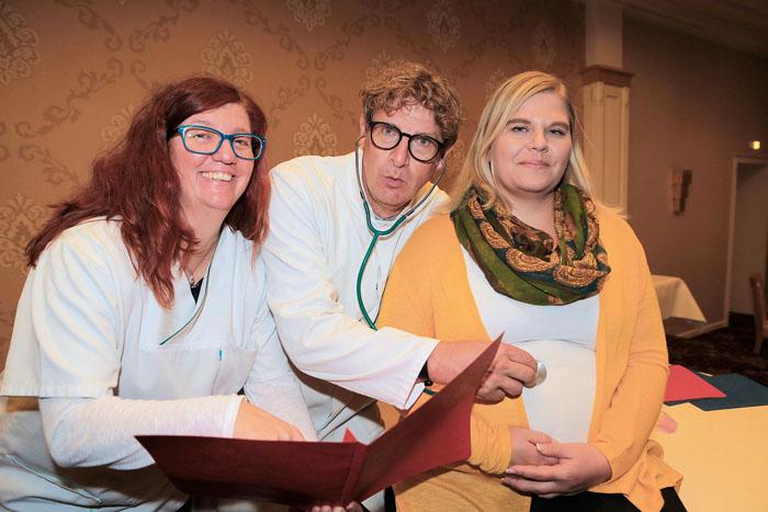 Gerda (Sonja Müller,links) hält Bert (Markus Franz) für den echten Arzt, der sich um Anni (Mareike Horst) kümmert.   Foto