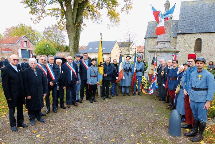 Einige Teilnehmer der Gedenkfeier aus Quérénaing und Boke vor dem Ehrenmal (v.l.): Jaques Labbé (Präsident Kameradschaft)