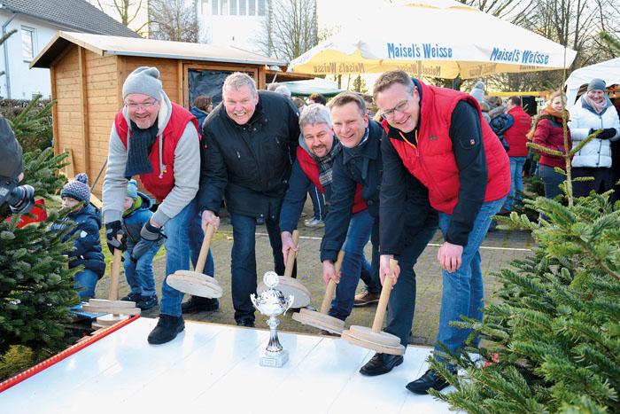 Die Vorjahressieger (v.l.) Manfred Habig, Bruno Altehülshorst, Klaus Ameling, Christof Kümmel-Schulte und Ralf Hesse brenne