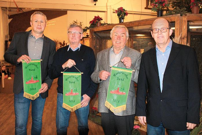 Die begehrten Westerwieher Bänder wurden Frank Kulage (v.l.), Willi Hartkamp und Josef Rehage verliehen. Zu den ersten Gratu