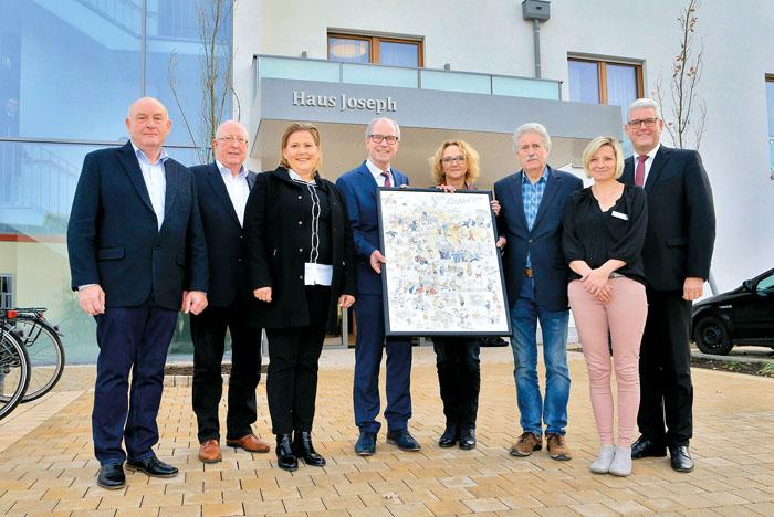 Geschäftsführer Franz Büser (v.l.), Reinhard Thiele, Architektin Nicole Fortmeier, Landrat Manfred Müller mit einem Gesch