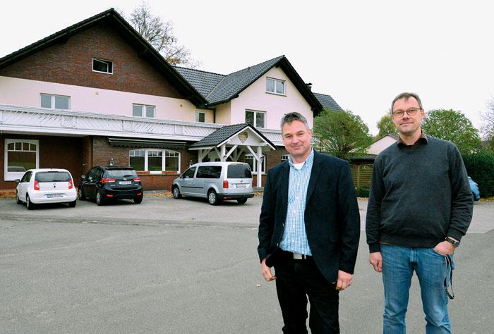 Tobias Heimann (links), pädagogischer Leiter, und Bereichsleiter André Kriemann vom Jugendwerk freuen sich auf das neue Woh