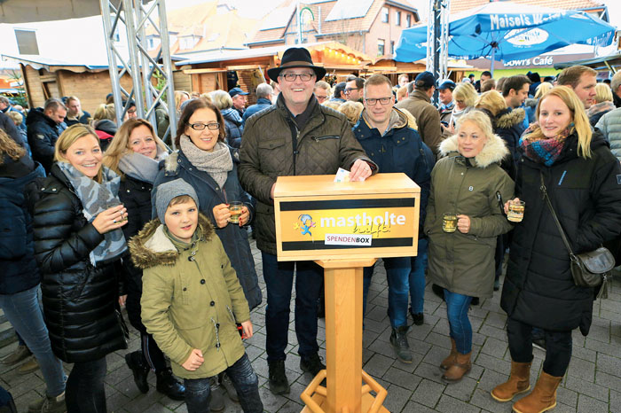 Auch Alexander Hagemeier, Vorsitzender des neuen Bürgervereins Mastholte, lässt ein Scheinchen in die Spendenbox fallen. Fo