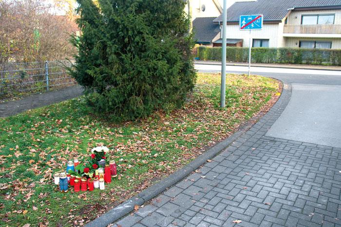 Bürger haben Kerzen und Blumen aufgestellt an der Stelle, an der am vergangenen Freitag ein Passant den 33-jährigen Mann au