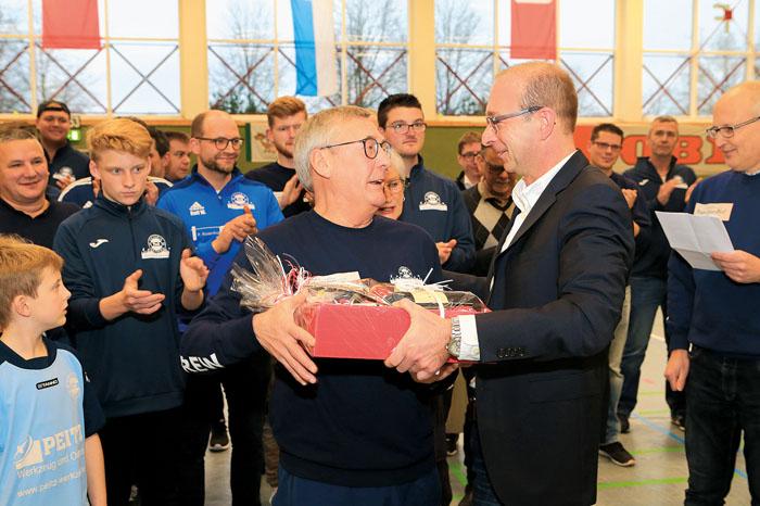 Sichtlich gerührt nimmt Helmut Hanhardt den Dank für seine Arbeit aus den Händen vonFrank Ehlebracht entgegen.