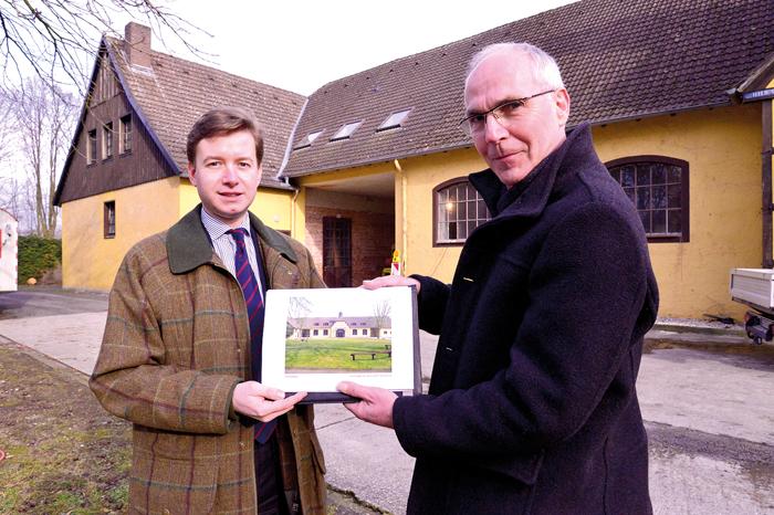 Carl Philipp Tenge-Rietberg (links) und Architekt Frank Hurlbrink präsentieren die neue Ansicht des baldigen Diakonie-Gebäu