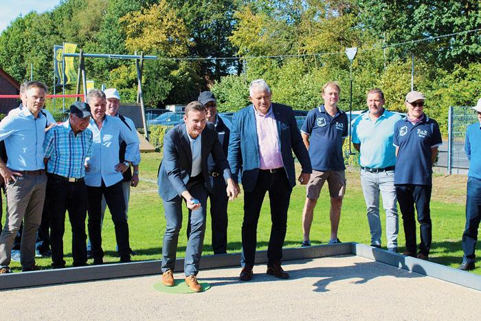Sportliche Einweihung: Bürgermeister Andreas Sunder eröffnet vor den Augen von Germania Westerwiehes erstem Vorsitzenden Fr