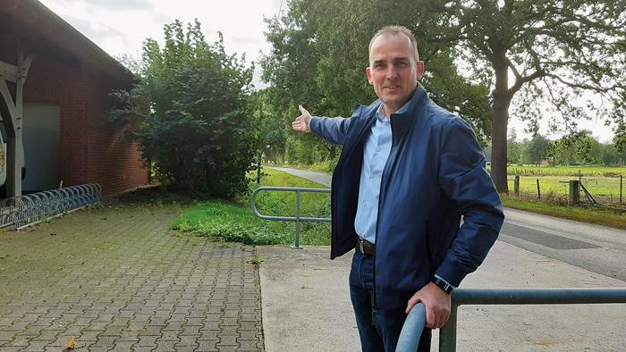 Heinz Isenbort zeigt es: Der Radweg soll künftig nicht direkt an der Straße entlangführen, sondern neben dem Graben. Dafü