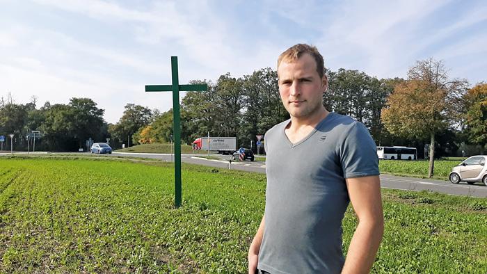 Ein stiller Protest: Landwirt Marco Schulte-Lindhorst freut sich, wenn Menschen interessiert nachfragen, was das grüne Kreuz