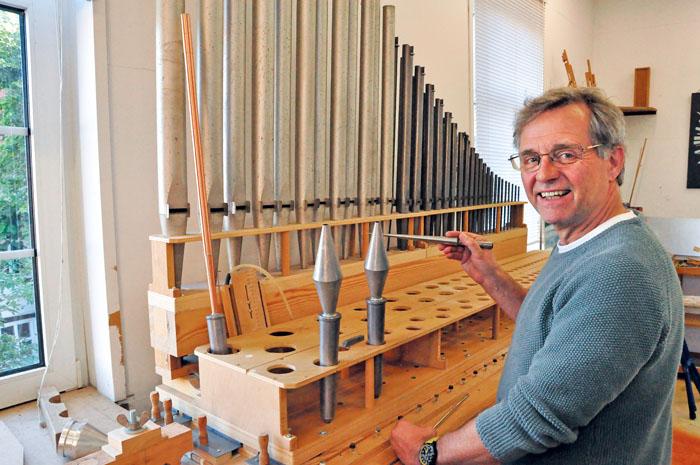 871 Orgelpfeifen werden bei den Renovierungsarbeiten am Hülscheider Instrument vom Orgelbaumeister Ralf Müller an der Inton
