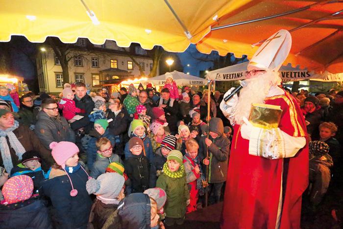 Wenn der Nikolaus den Weihnachtsmarkt besucht, wird er sofort von einer Schar Kinder umringt. Für die Kleinen hatte der Mann