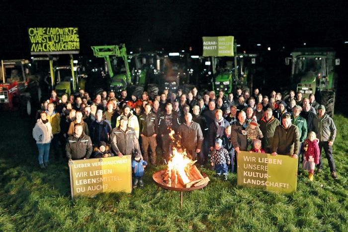 Großer Protestaufmarsch: In Bokel haben sich viele Landwirte versammelt, um mit einem Mahnfeuer auf die Missstände in der L