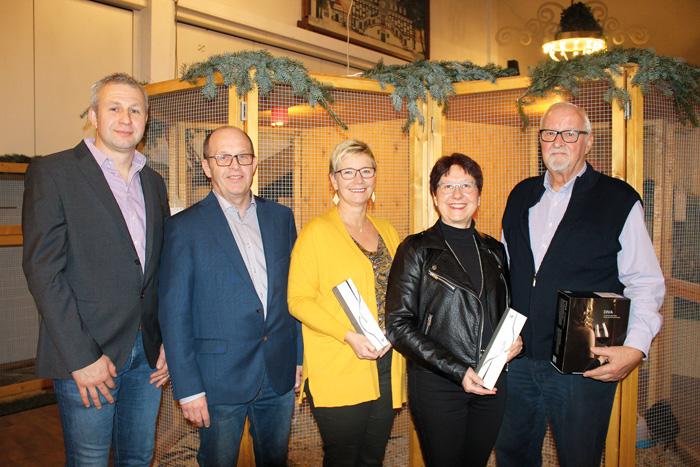 Im Seniorenbereich staubten (v.l.) Frank Kulage, Gerald Oesterschlink, Sonja Austermann, Inge Hartkamp und Alfons Austenfeld