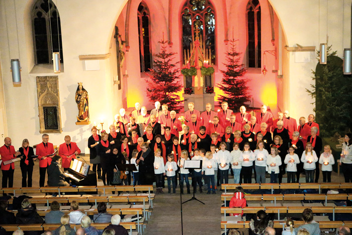 Vielfältig präsentierten sich die Chöre und hatten ein großes Repertoire an weihnachtlichem Liedgut im Gepäck. Begleitet