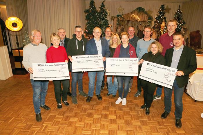 Großen Grund zur Freude hatten die Vertreter vom Jugendwerk Rietberg, der Hospizgruppe Rietberg-Neuenkirchen, die Messdiener