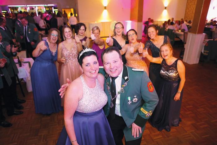 Nochmals in gewohnter Feierlaune zeigte sich das Königspaar mit David und Birgit Harlos zum diesjährigen Winterball. Auch d