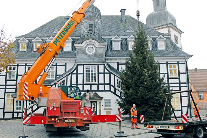 """Mit seiner """"Schokoladenseite"""" wurde der Weihnachtsbaum zur Rathausstraße gestellt. Für das Schmücken des Baums sind di"""