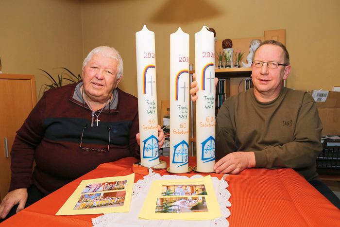 ohannes Flore (links) und Martin Bachmann freuen sich, wenn zum  60-jährigen Bestehen der Gebetswache die drei liebevoll ver