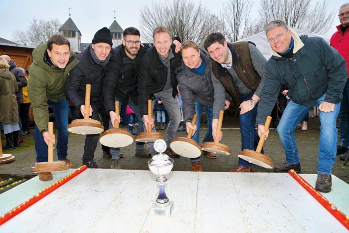 """Ihren Titel verteidigen konnten die Männer vom """"Thron 2018"""" beim Eisstockschießen in Varensell. Grund zur Freude hatten"""