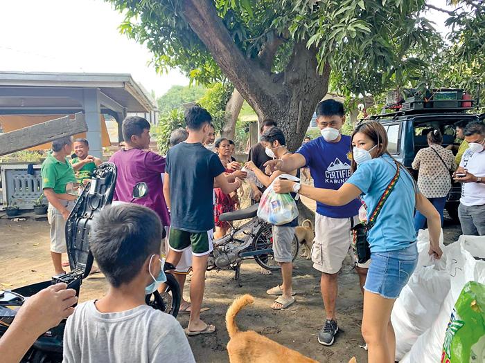 Voluntäre verteilen Essenspakete. Die Versorgung mit Nahrungsmitteln ist die dringendste Aufgabe neben vielen anderen, um de