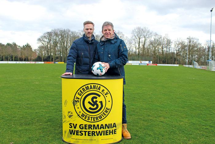Vorsitzender Mario Meier (links) und Robert Oesterschlink freuen sich auf das besondere Fußballspiel am 16. April. Foto: RS