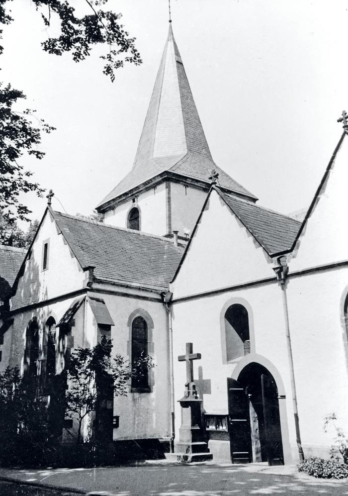 Den Platz neben der Pfarrkirche hatte das Kreuz bis 1972. Dann erfolgte der Umbau der Kirche und das Kreuz musste wieder weg.
