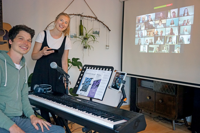 Sören Graute und Wibke Kordtomeikel proben mit den Chormitgliedern via Video-Konferenztool. So bleiben alle auf dem aktuelle