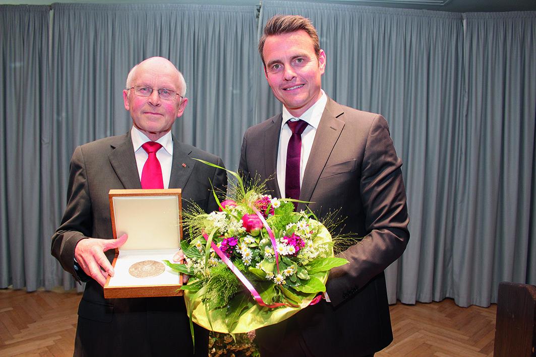 Im Mai 2016 überreichte Bürgermeister Andreas Sunder (rechts) die Verdienstmedaille der Stadt Rietberg an Hubert Deittert.