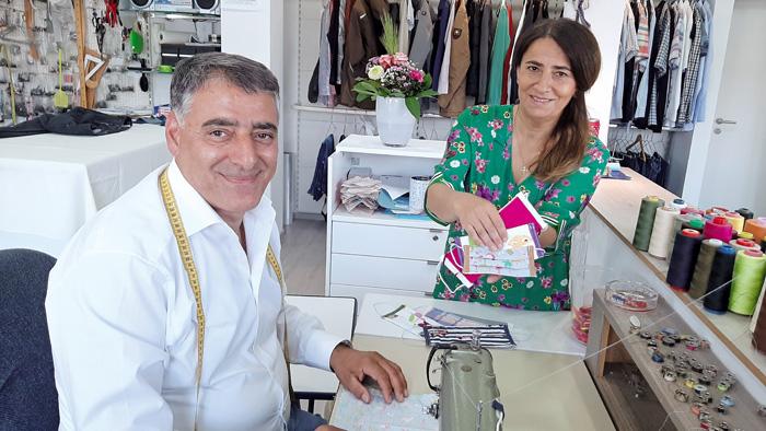 In Yakub und Hana Özdemirs Schneiderei gibt es Mundschutzmasken für jeden Farbgeschmack. Foto: RSA/Addicks