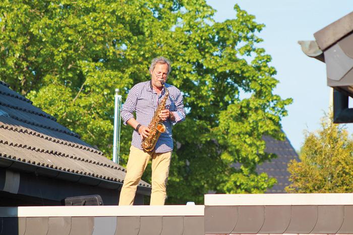 In seinem Element: Dietmar Nelson spielt mit seinem Saxophon auf dem Dach seiner Garage und möchte damit die vielen Menschen