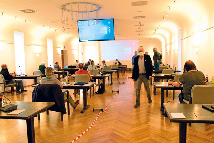 So sah der Ratssaal im Alten Progymnasium noch nie aus: Einzeltische, große Abstände und Fraktionsmitglieder mit Mundschutz