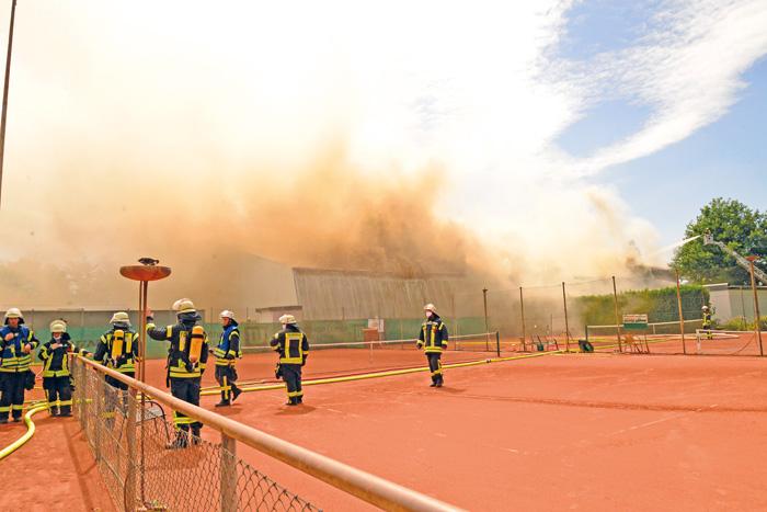 Eine Sicht wie bei einem Sandsturm: Der dichte Rauch erschwerte den Einsatzkräften vor Ort die ohnehin schweißtreibende Arb
