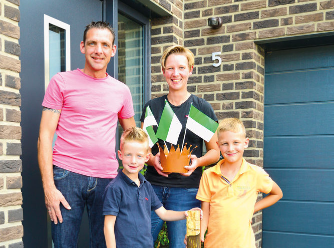 Oliver Theilmeier und die Söhne Niclas (links) und Leon sind stolz auf Mama Jeanette Theilmeier.  Foto: RSA/Addicks