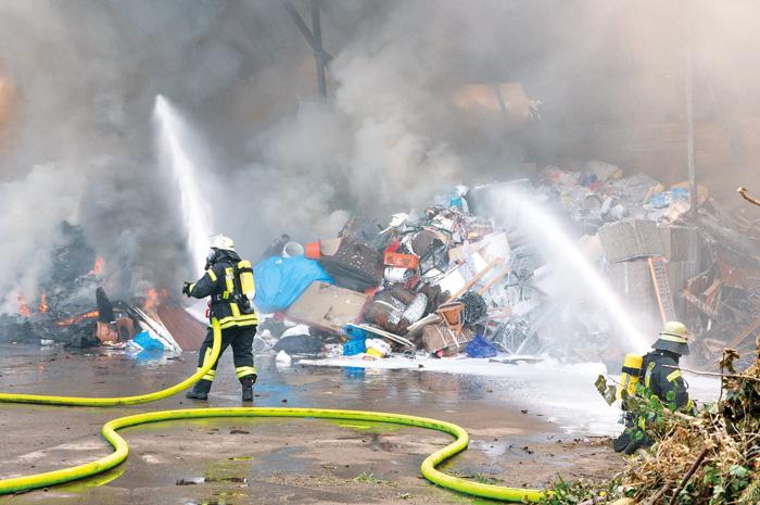 Nur unter schwerem Atemschutz konnten die Feuerwehrleute arbeiten. Ständiger Wechsel der Einsatzkräfte beim Löscheinsatz