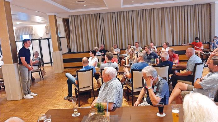Nach der Präsentation suchte Bürgermeister Andreas Sunder das direkte Gespräch mit den Zuhörern im Saal, um sich ein Bild