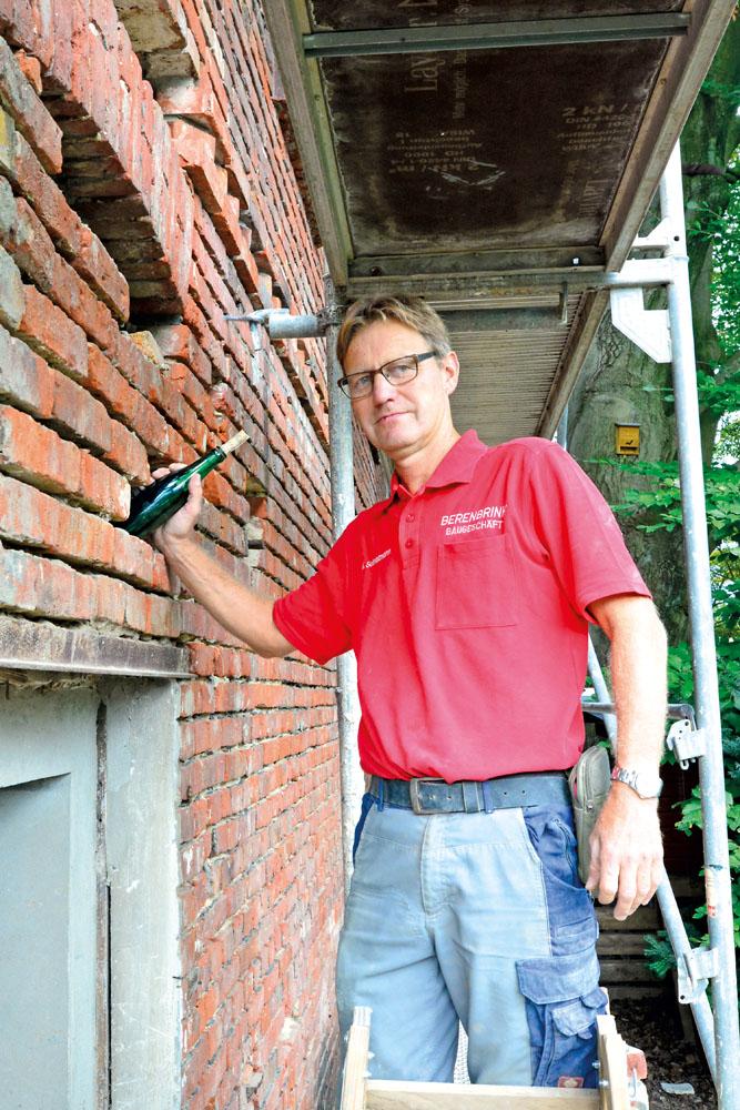 Maurer Klaus Schnatmann zeigt den Ort, an dem sein Mitarbeiter die Flaschenpost aus dem Jahr 1950 gefunden hat. Fotos: RSA/Ad
