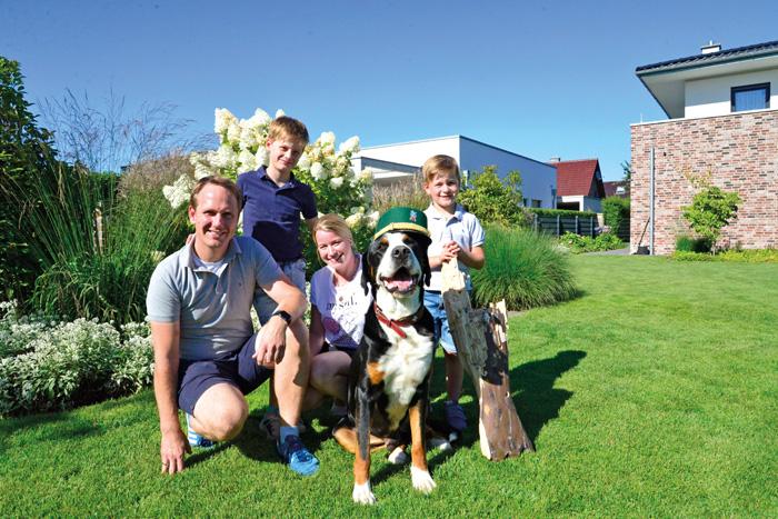 Schützenfamilie durch und durch: Daniel und Melanie Deppe mit den Söhnen Karl (8) und Toni (6) und Hund Josef.  Foto: RSA/