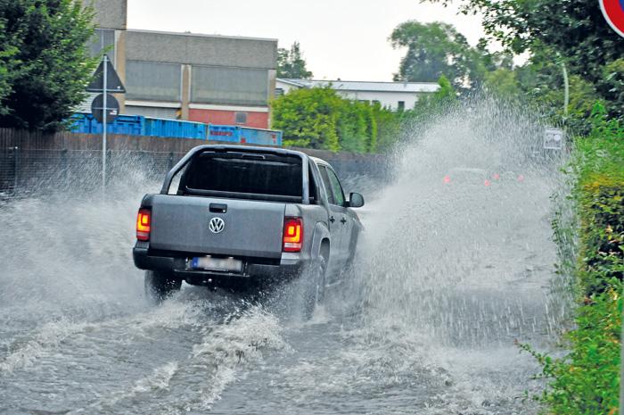 Auch der Torfweg in Rietberg stand abschnittsweise komplett unter Wasser wie hier an der Kreuzung Heinrich-Kuper-Straße. Sel