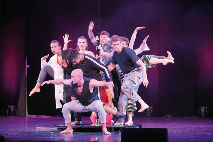 Eine perfekte Choreografie zeigte die Artistengruppe auf der Bühne im Rietberger Rundtheater. Fotos: RSA/Steg