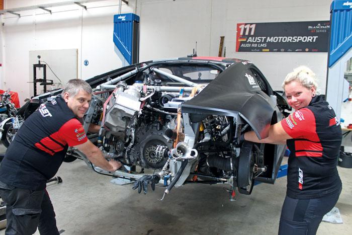 Eingespieltes Mechanikerteam: Sven Harder und Janet Gratzer zerlegen vor jedem Rennen die Autos und säubern und kontrolliere