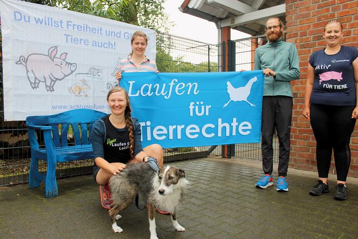 Anna Majda (Laufen gegen Leiden, v.l.), Frauke Albersmeier und Carla Fode (beide Achtung für Tiere) freuen sich über den Be