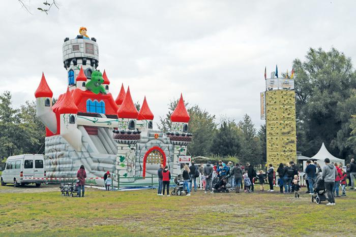 Auf einer großen Burg konnte wer mutig genug war einen Drachen bezwingen und schnell wieder hinab rutschen.
