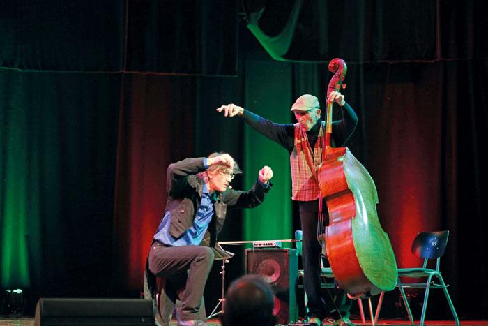 Gemeinsam mit Bühnenkollege Wolfgang Fernow (rechts) sorgt Marcus Jeroch für kleine musikalische Einlagen. Fotos: RSA/Steg