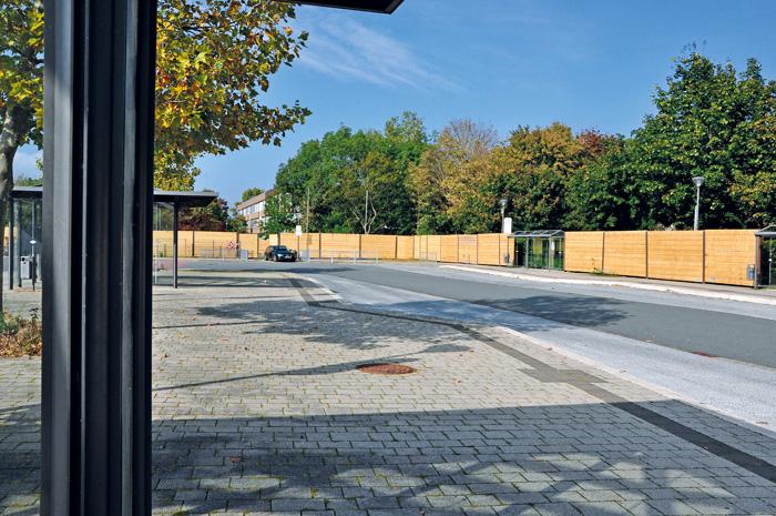 Ein Holz-Bauzaun entlang des zentralen Omnibusgeländes und weiter über den Schulhof des Bildungszentrums dient zur Sicherhe