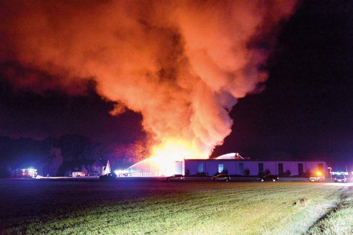 Beim Eintreffen der Feuerwehr stand die Lagerhalle schon im Vollbrand. Gelagerte Kartonagen lieferten den Flammen reichlich N