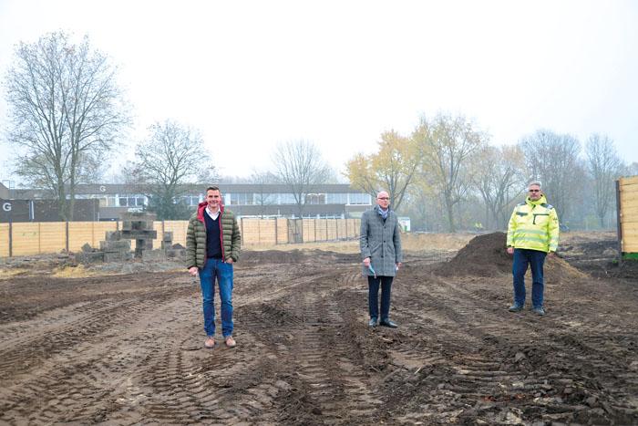 Andreas Sunder (v.l.), Arnd Baumann und Marcus Hertel stehen auf einem Teil des Areals, das für den Neubau des jetzigen Gy
