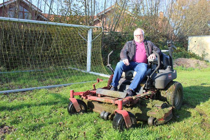 Reinhard Walter kümmert sich noch heute um die Pflege des Fußballplatzes an der Stukemeyerstraße. Fotos: RSA/Steinberg