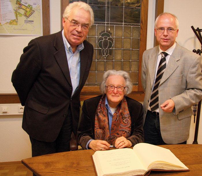 2008 war Autor Ralph Giordano (Mitte) zu Gast. Über seinen Eintrag ins Goldene Buch der Stadt freute sich mit Manfred Beine